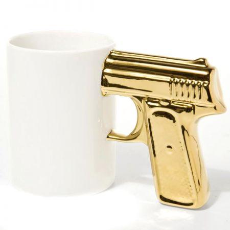 """Кружка """"Пистолет"""" бело-золотая"""