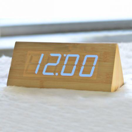 Часы-будильник Пирамида 21 см с термометром бамбук синие цифры зв. активация
